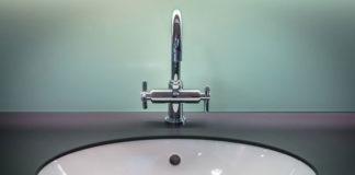 Zalety podwieszanych szafek umywalkowych